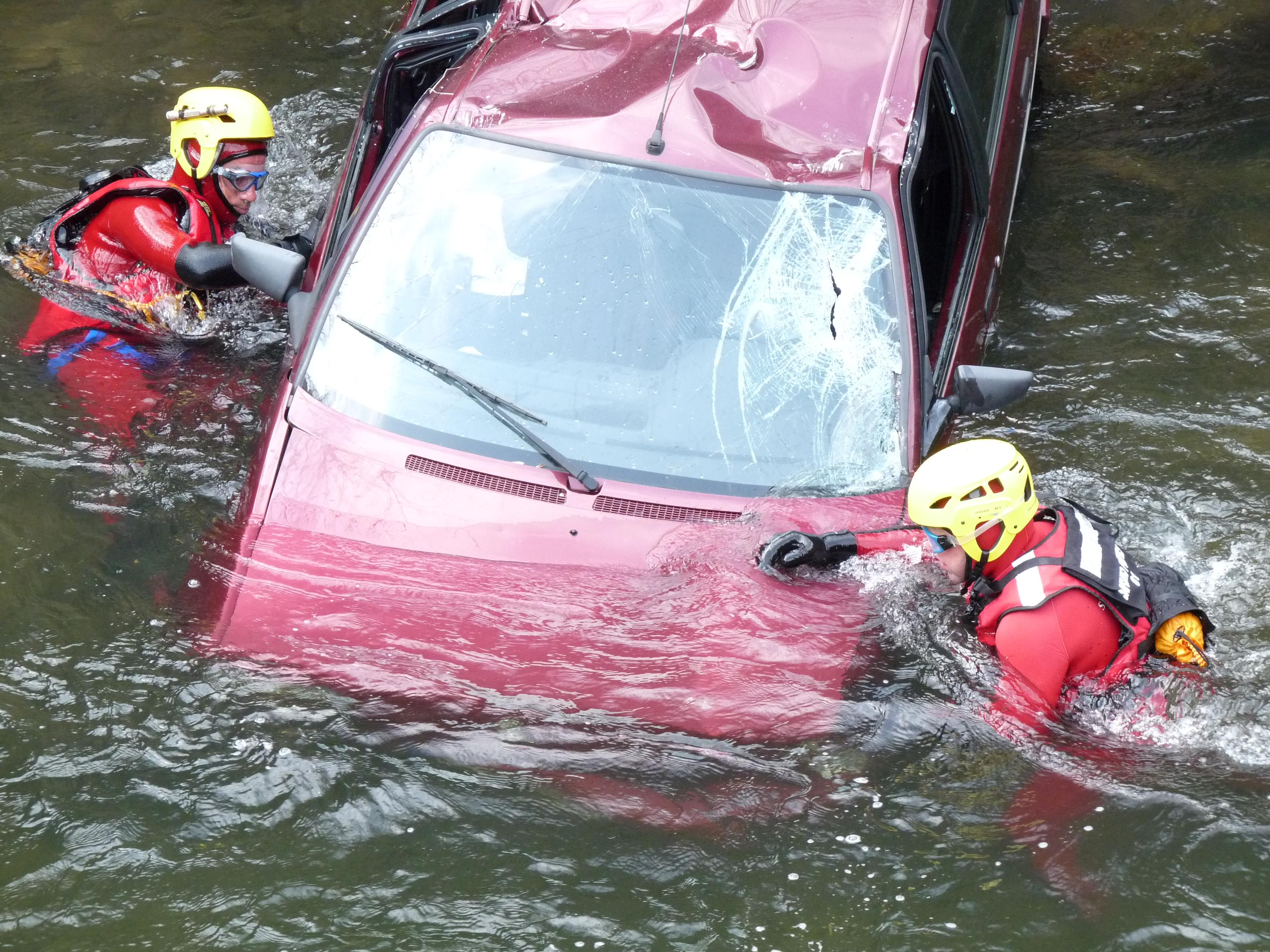 Accident d'une voiture dans un cours d'eau