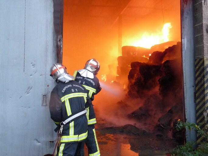 Des balles de tissus en feu dans un entrepôt de Mazamet