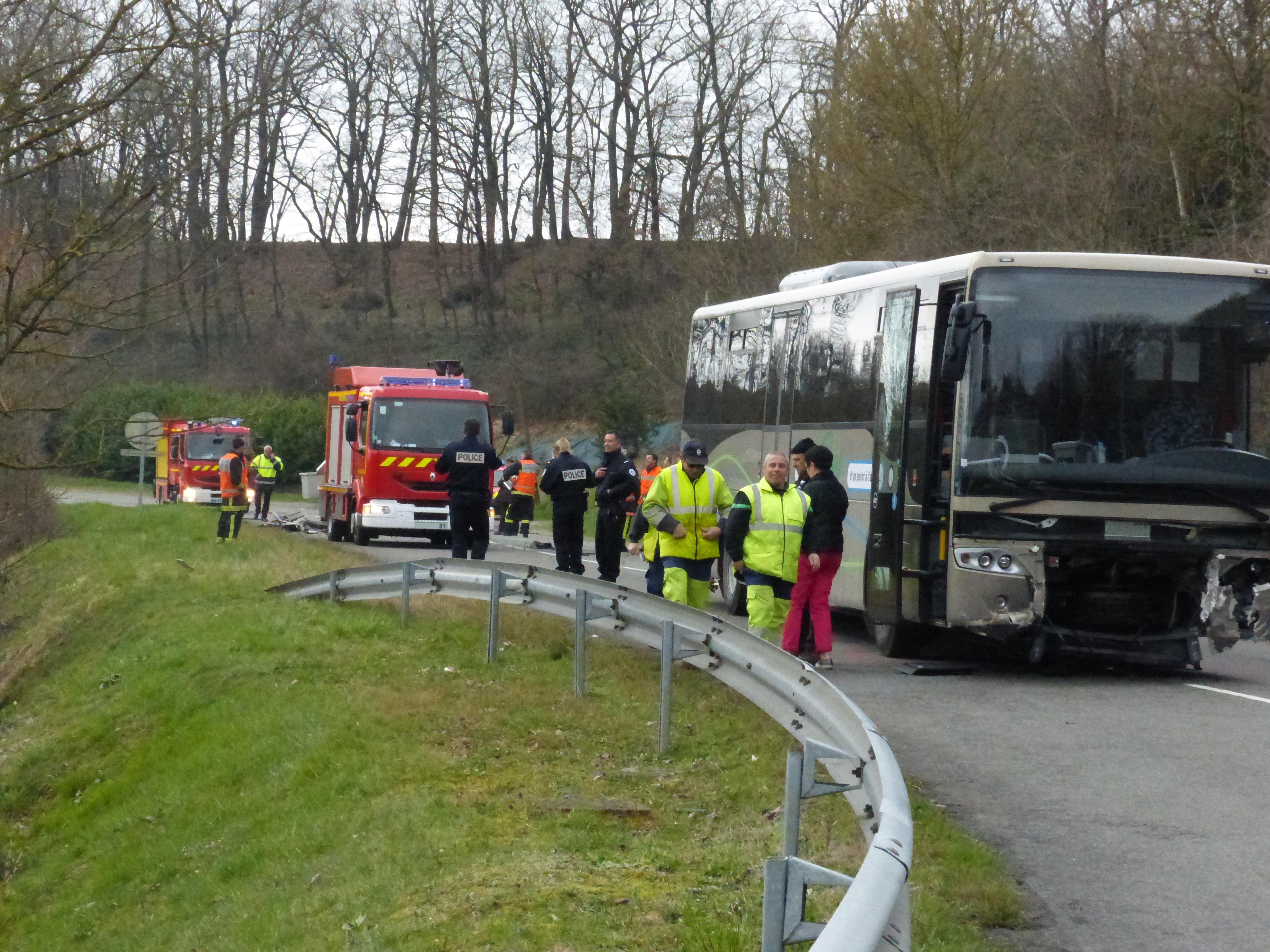 Accident entre un bus et une voiture sur la commune de Blaye-les-Mines