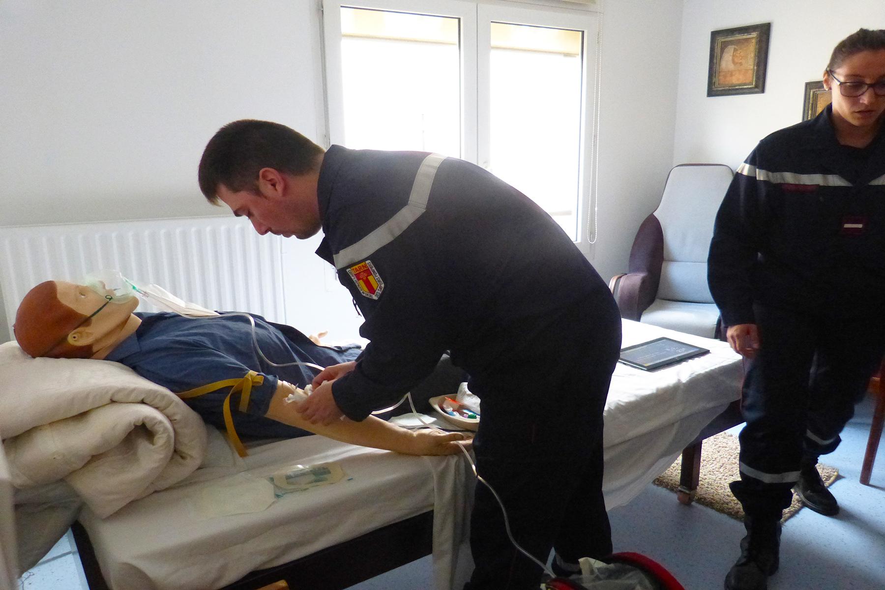Des infirmiers de sapeur-pompier s'exercent sur un mannequin intelligent