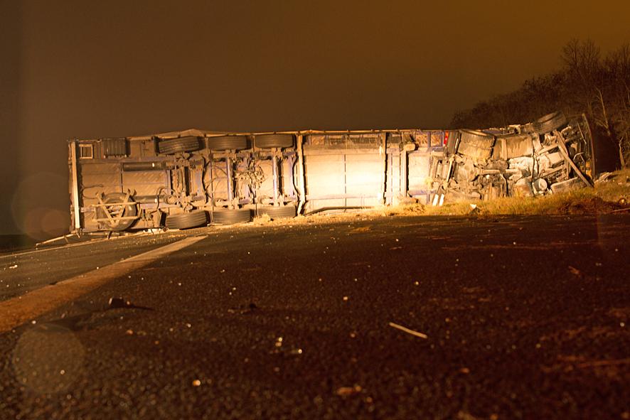 Violent accident entre deux poids lourds et une voiture à Castres