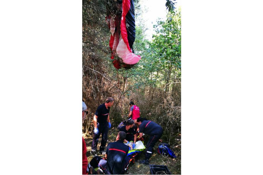 Un parapentiste finit sa course dans les arbres sur la commune de Labarthe-Bleys