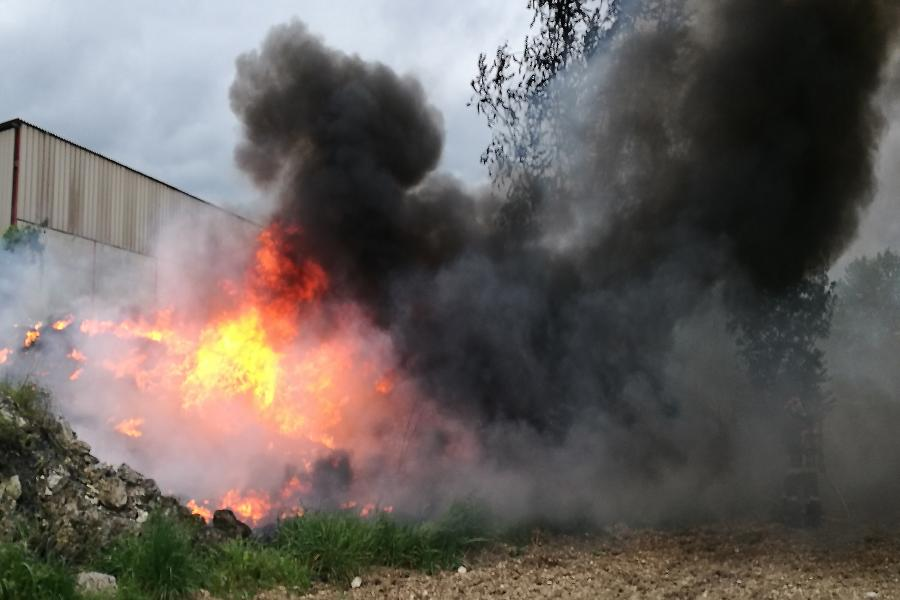 Un feu de pneus sur la commune de Milhavet