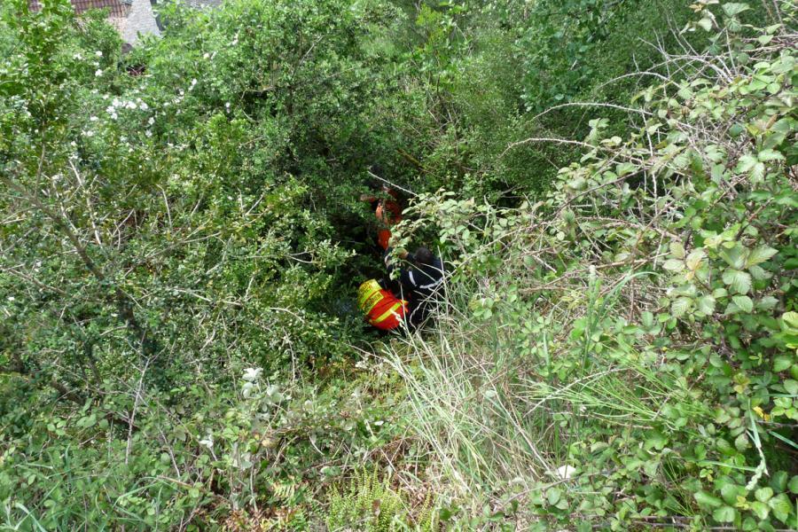 Une personne chute en contre bas d'un sentier de randonnée